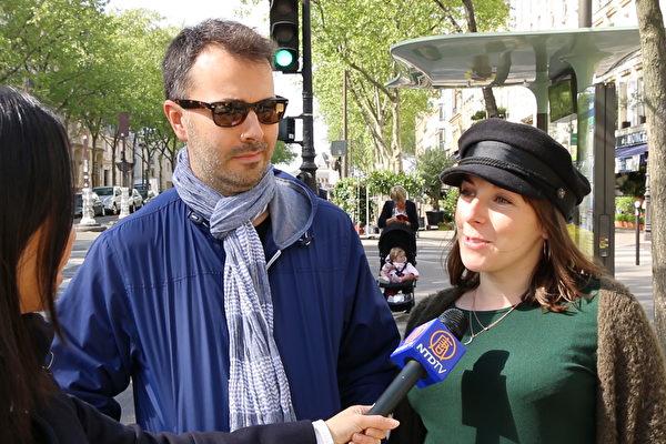 鋼琴教師Grégoire Penalba和導遊講解員Meryl Bouffil(右)支持法輪功學員紀念四·二五和平上訪19週年的集會。(新唐人)