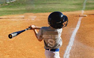 穿尿布的小男孩玩棒球 结局让你想不到