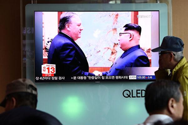 图为美国国务卿蓬佩奥与金正恩的握手镜头。(Chung Sung-Jun/Getty Images)