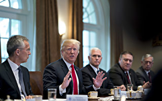 美國總統川普週四(5月17日)說,他懷疑萬眾矚目的美中貿易談判能夠成功。他抨擊中共敲美國竹槓,吸空美國財富。(Andrew Harrer-Pool/Getty Images)