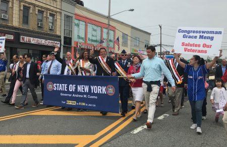 紐約州州長庫默(右五)參加遊行。