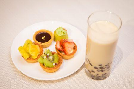 医师表示,摄取过多甜食、含糖饮料,也会造成脂肪肝。