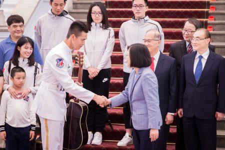 總統蔡英文(前右)10日在總統府接見海軍儀隊隊員蘇祈麟(前左)與其家屬。