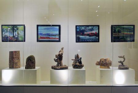 """基隆市""""艺术家联盟交流协会""""会长吴邦夫作品与会员郭素亦漂流木作品。"""
