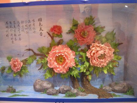 如此国色天香的牡丹花出自陈美云艺师与学生陈致伶、黄培豪巧手打造。