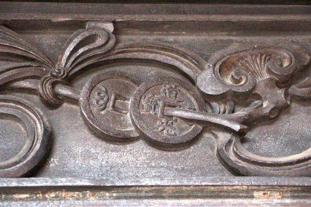 東廂格扇窗頭板的「道光通寶和如意杵」。