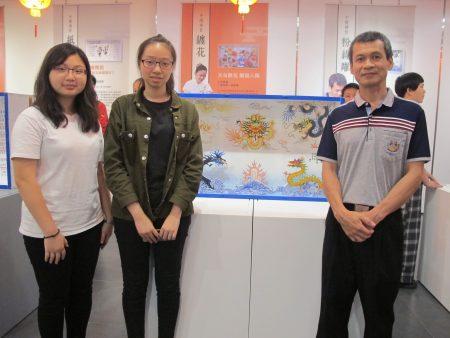 """丁宗华艺师与学生林贞君、陈郁蓉创作的粉线雕""""五行龙""""栩栩如生。"""