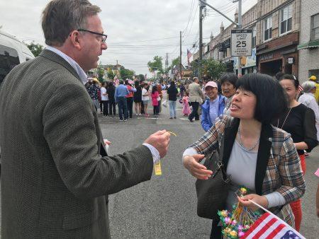 挑戰貝賽選區州眾議員博朗斯坦(Edward Braunstein)的共和黨籍州眾議員參選人David Bressler,接過法輪功學員贈送的小蓮花。