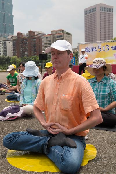 台北法轮功学员向李洪志师父祝贺生日