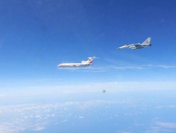中共军机绕岛巡航 台空军公布空中监控影片