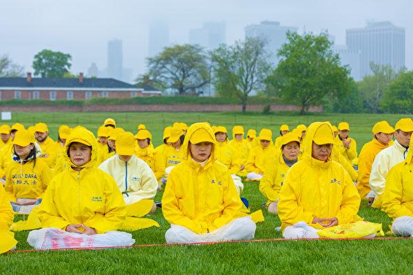 2018年5月13日,紐約部份法輪功學員总督岛公园(Governor's Island)大型練功排字慶祝世界法輪大法日。(MARK ZOU/大紀元)