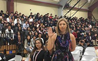 硅谷高中校長宣誓入籍      邀600師生見證
