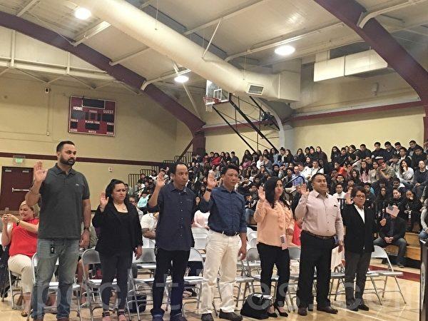硅谷高中校长宣誓入籍 邀600师生见证