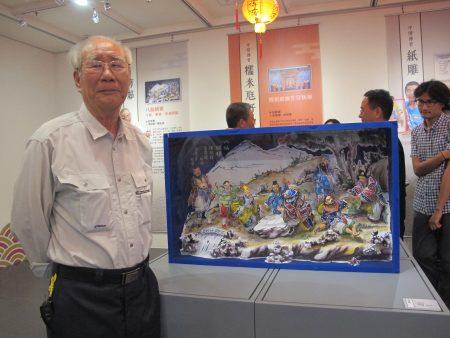 """传统工艺(剪黏)保存艺师许哲彦,运用剪粘工艺打造栩栩如生的""""八仙娱棋""""作品 。"""