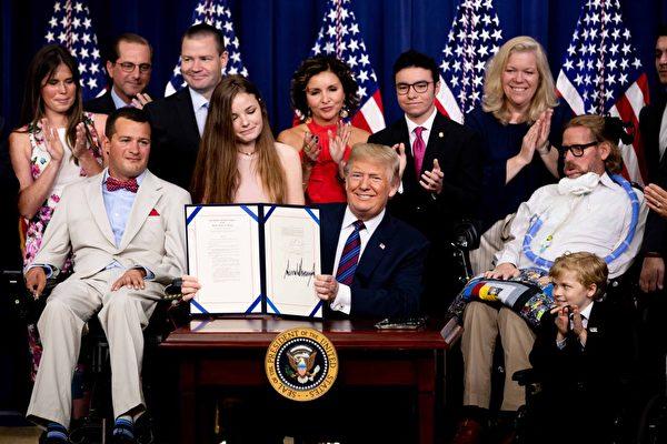 为绝症重病患开一扇门 川普签署试药权法案