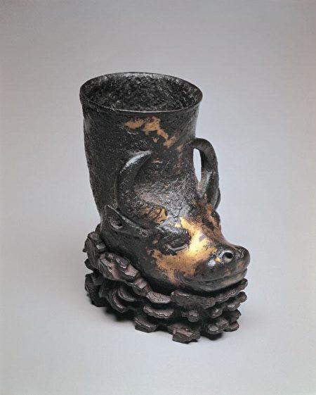 唐代鎏金兕觥。古代一种用兕牛(犀牛)角制成的饮酒器物。(公有领域)