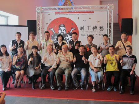 县内11位艺师率领亚洲大学及云林科技大学24位学生,共同创作12组水车堵艺术作品。