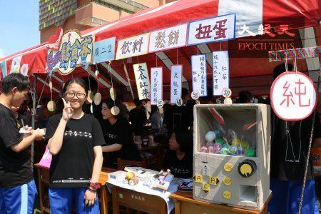 校慶園遊會的扭蛋攤位上,蘇同學熱心的介紹時下最夯的扭蛋機的操作法。