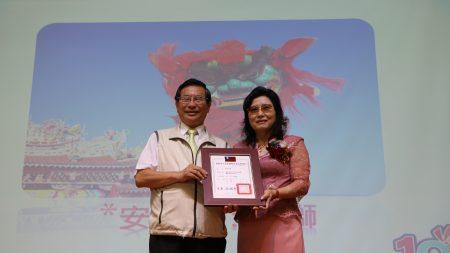 市長涂醒哲(左)頒發當選證書給新任校友會理事長蔡牟金鳳。