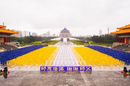 5月13日是法轮功洪传世界26周年,全世界有超过1亿人学炼法轮功。图为法轮功学员在台北中正纪念堂演炼功法。