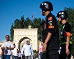 2017年6月26日,中國新疆維吾爾自治區喀什老城開齋節開齋節後,警察正在巡邏。(JOHANNES EISELE / AFP / Getty Images)