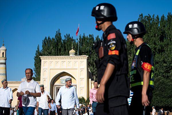 2017年6月26日,中国新疆维吾尔自治区喀什老城开斋节开斋节后,警察正在巡逻。(JOHANNES EISELE / AFP / Getty Images)