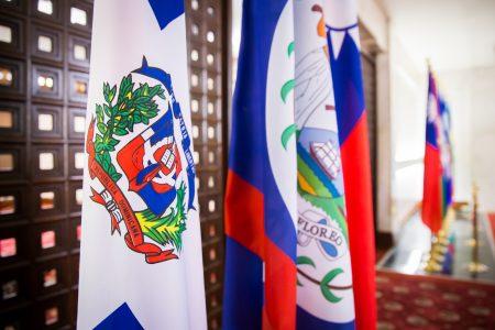 中華民國1日與多明尼加斷交,兩國結束77年來的友好關係。1日上午多明尼加共和國國旗(左1)還掛在外交部大廳。