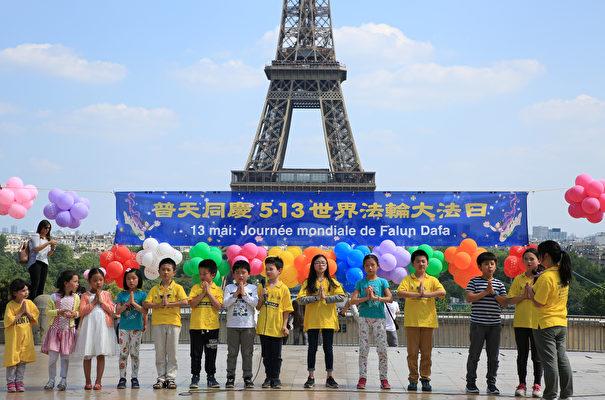 法轮大法小弟子在庆祝法轮大法日的活动上背诵李洪志师父著作《洪吟》中的诗词(章乐/大纪元)