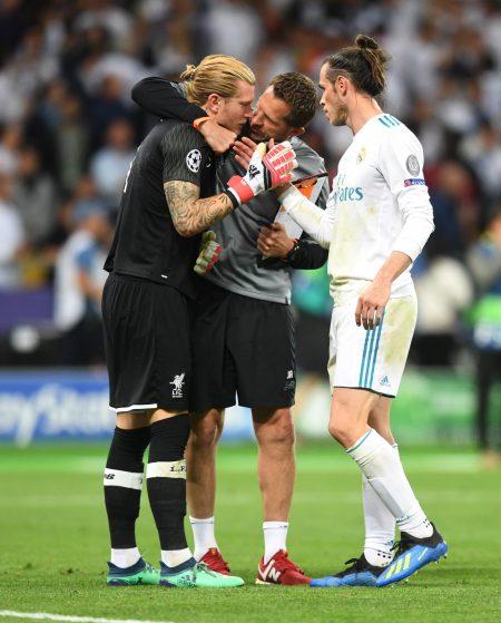 贝尔(右)赛后安慰利物浦门将卡里乌斯(左)。