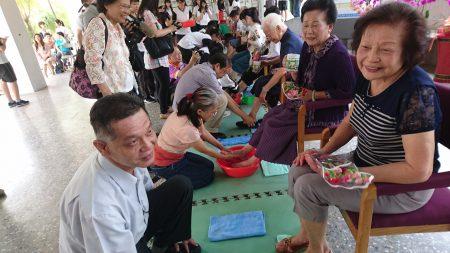 员林高中校长游源忠为妈妈洗脚激动哽咽不已。