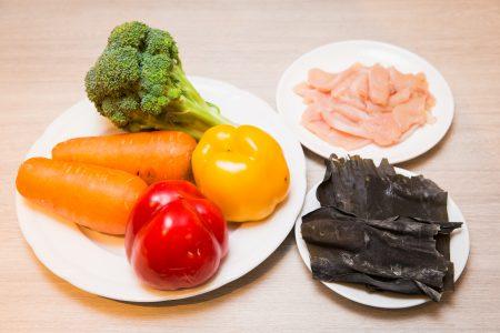 营养师建议脂肪肝患者,多吃蔬菜,增加膳食纤维;肉类以低脂白肉取代,像是鸡胸肉、鱼肉;褐藻类如昆布、海带也属于高纤维、低热量食物。
