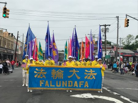 200多名法輪功學員參加全美最大的陣亡將士日遊行,表達對軍人的敬意和對自由的守護。