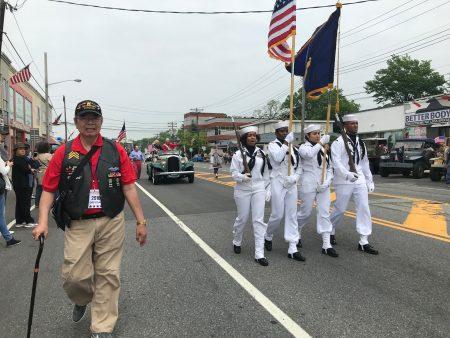1970年參加越戰的華裔老兵鄭Paul拄拐杖參加遊行,當年參加越戰的華裔非常少,他說他為自己是美籍華裔、為曾經保衛美國而感到自豪。