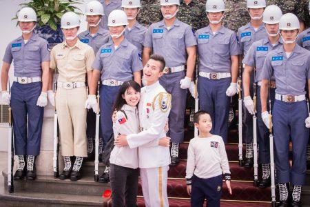總統蔡英文10日在總統府接見海軍儀隊隊員蘇祈麟(前左2)與其家屬,結束後蘇祈麟與太太開心擁抱。