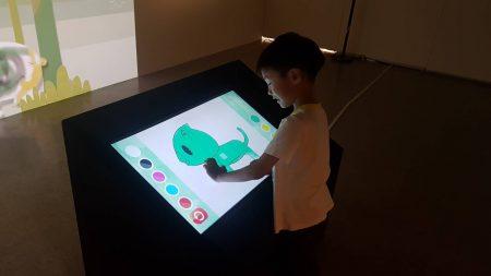 孩子體驗繪畫樂趣。