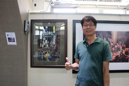 藏寶圖廣告事業有限公司老闆畢業校友陳冠寶及其畫作。