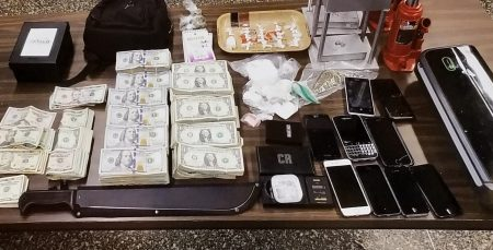 警方查獲皇后區「TRINITARIOS」組織團夥的八萬美元現金。