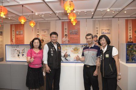 云林县政府秘书长黄丽霜(右一)北港镇长张胜智(左二)赞赏艺师的作品!