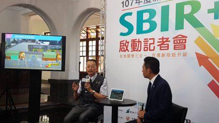 地方型SBIR補助廠商-全安安全公司總經理魏吳晉(左)詳細說明
