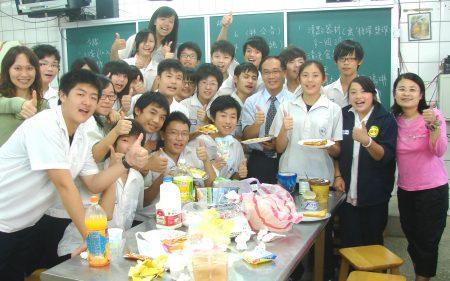 想当国中老师机会越来越少,图为国中老师与学生互动。