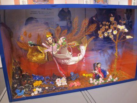 """捏面人作品""""妈祖下凡""""是陈美丽艺师与学生张育绮、黄淇苹共同创作。"""