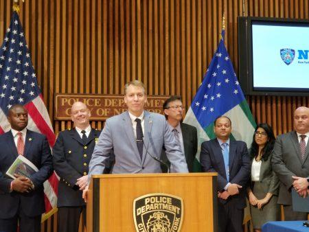 市警局總警監莫納漢與市警局總探長希亞24日於市警察局總部召開記者會。
