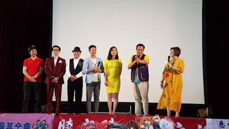 周嘉麗(右一)與劇中演員登台答謝。前市長許明財(右二)上台致意。