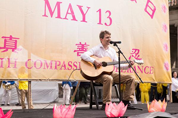 2018年5月10日纽约部分法轮功学员联合广场庆祝法轮大法日。Nemanja表演男声独唱《On My Wing》。(戴兵/大纪元)