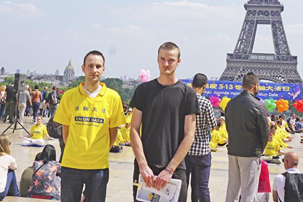 2018年5月20日,两年前走入法轮功修炼的Guillaume(左)和Axel(右)表兄弟在巴黎人权广场参加庆祝世界法轮大法日活动。(德龙/大纪元)