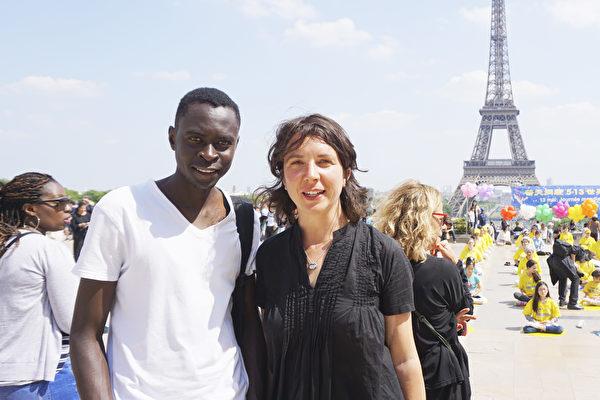 在大学教授法国文学的 Liopaultine Boto女士(右)感谢法轮功学员让她知道了中国正在发生的对法轮大法的迫害(德龙/大纪元)
