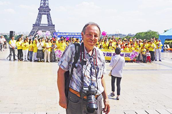 在一家杂志社工作的MUSTAFA SEVGI摄影师整个一个下午都在为法轮功学员的庆祝活动拍照片(德龙/大纪元)