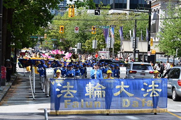 2018年2018年5月13日,溫哥華部分法輪功學員在溫市中心舉行大遊行,慶祝世界法輪大法日。(大宇/大紀元)