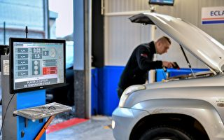从5月20日起,法国将实施更为严格的车检标准,检查项目增加到132项,潜在故障增加到606项。图为法国一名技术人员正在做车检。(PHILIPPE HUGUEN/AFP/Getty Images)