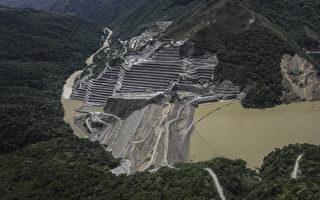 洪水侵袭哥国水坝致数万人疏散 场面惊险
